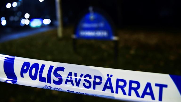 Polisavspärrningar på den plats där två personer har skjutits i Hallonbergen,