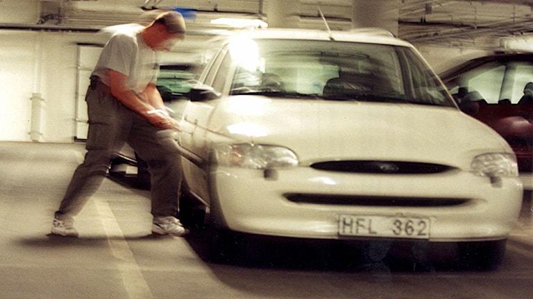Någon försöker bryta sig in i en bil. Foto: Pawel Flato /Scanpix.
