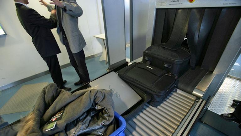 Handbagage passerar en röntgenapparat på Arlanda flygplats. Foto: Fredrik Sandberg /Scanpix.