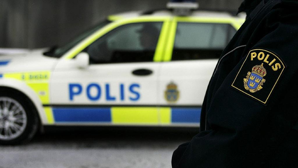 Polis framför polisbil. Foto: Jessica Gow /Scanpix