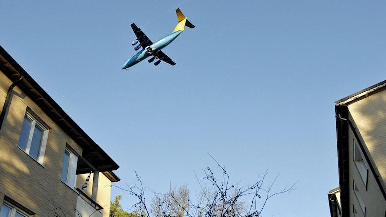Ett flygplan på väg till Bromma flygplats flyger lågt över bostadshusen i Traneberg. Foto: Gunnar Lundmark /Scanpix.