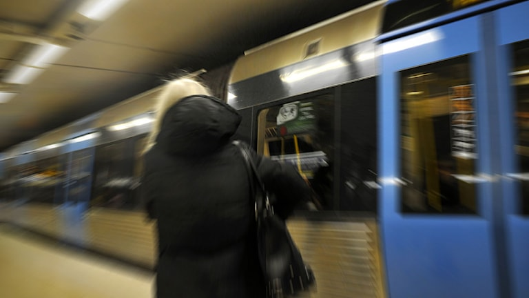 Kvinna framför tunnelbanetåg. Foto: Hasse Holmberg /Scanpix.