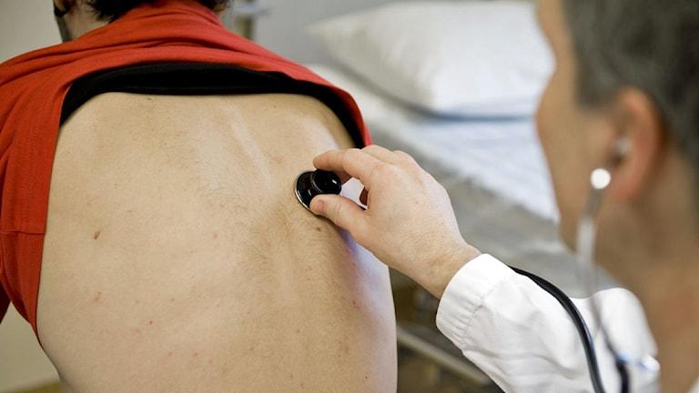 En läkare undersöker en patient gnom att lyssna med ett stetoskop. Foto: Bertil Ericson /Scanpix.