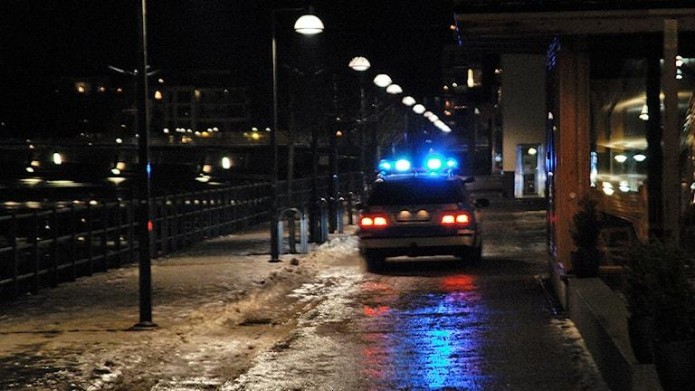 Polisbil under utryckning med blåljus. Foto: Hasse Holmberg /TT