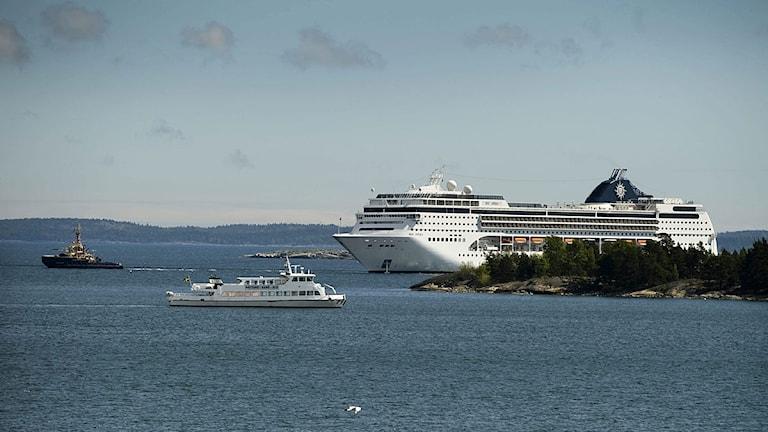 Kryssningsfartyget bogseras till Nynäshamn. Foto: Claudio Bresciani /Scanpix.