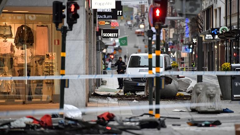 Polisens avspärrningar kring Åhlens på Drottninggatan i Stockholm