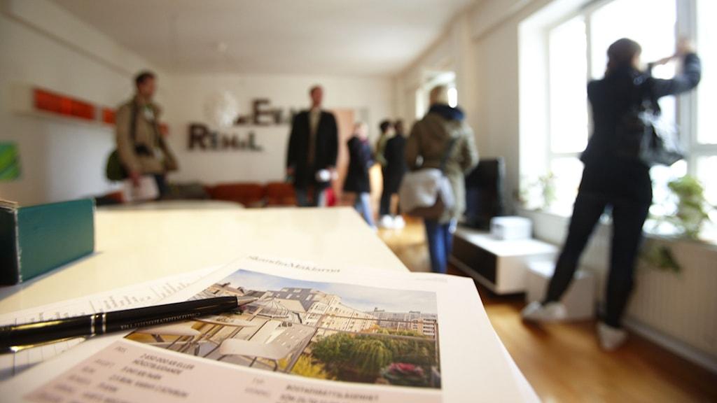 Personer på en lägenhetsvisning