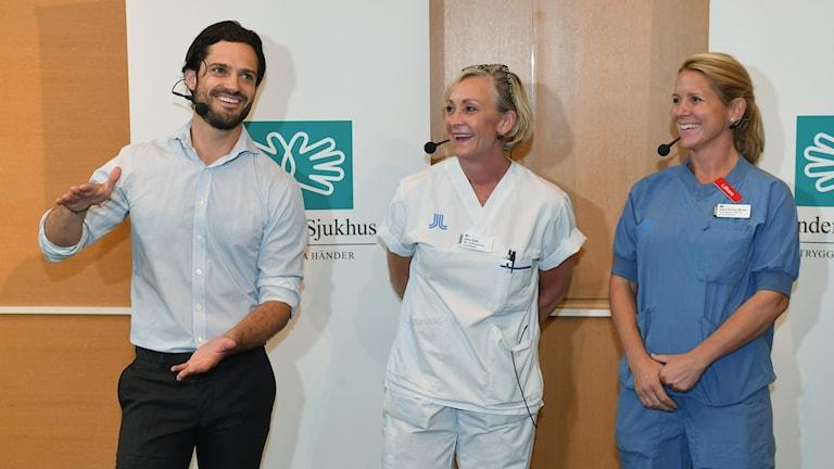 Prins Carl-Philip visar uppskattad storlek på nytillskottet