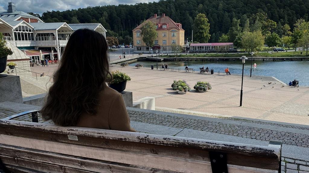 Bild på en flicka bakifrån, som sitter på en bänk framför Maren i Södertälje.