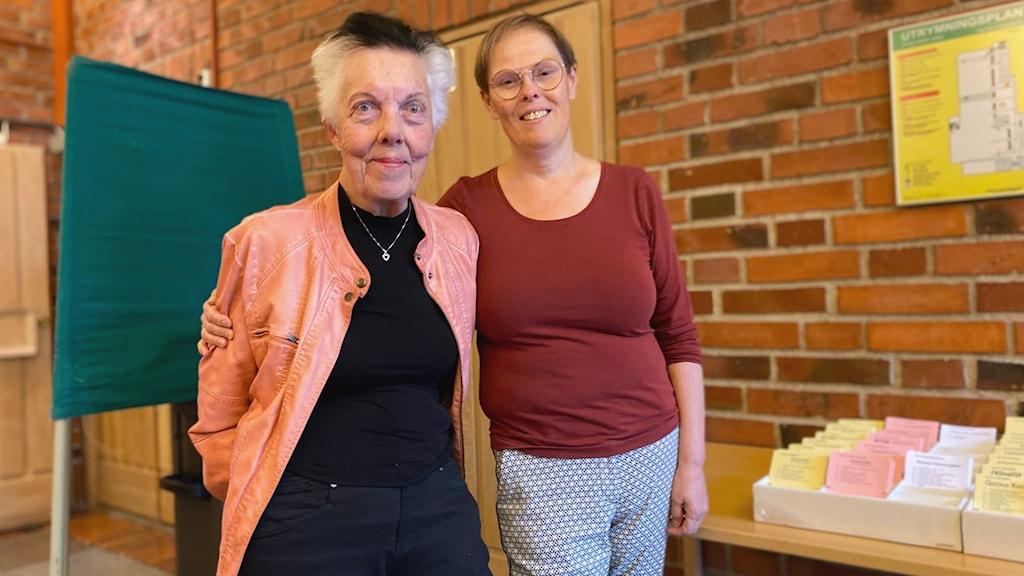 Ulla Gisslar, kyrkorådets ordförande och Elisabeth Norberg, röstmottagare vid Vantör församling i Bandhagen.