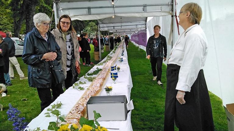 Den ökande befolkningen firades med blommor, flaggor och en 80 meter lång Rimbobulle.