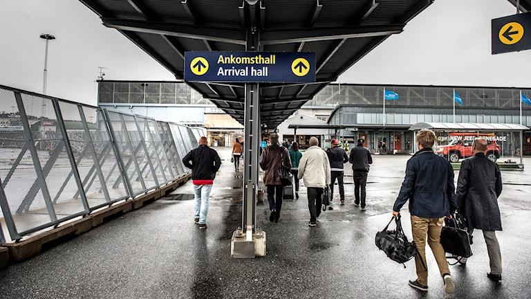 Resenärer går in i ankomsthallen på Bromma flygplats Foto: Tomas Oneborg / SvD / TT