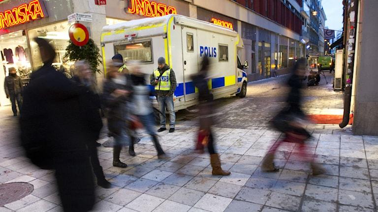 Poliser och folk där självmordsbombaren slog till. Foto:Fredrikk Sandberg/Scanpix.