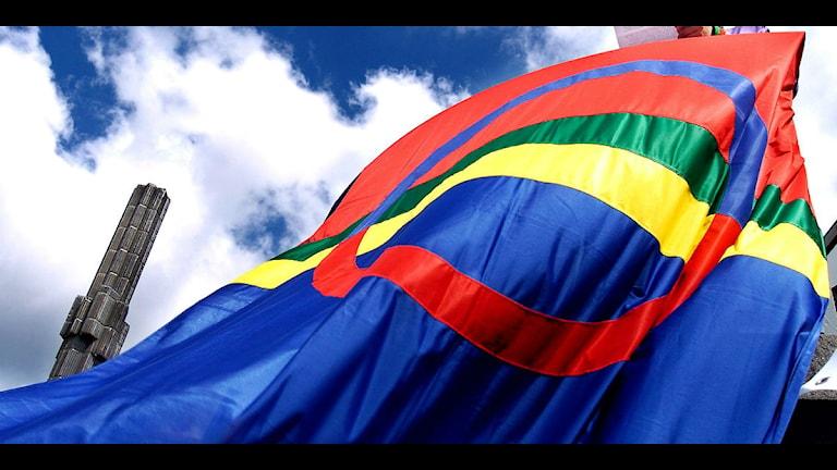 """Den samiska flaggan med """"pinnen"""" på Sergels torg i bakgrunden. Foto Björn Larsson Ask / SvD / SCANPIX"""