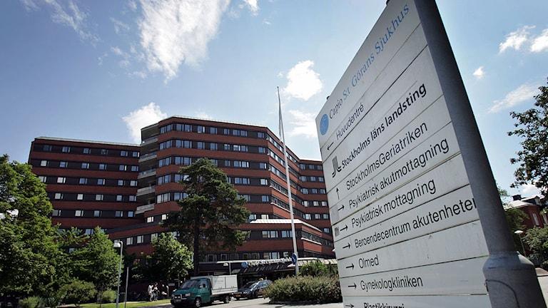 S:t Görans sjukhus i Stockholm med en skylt som visar vägen till bl.a den psykiatriska enheten och psykakuten.