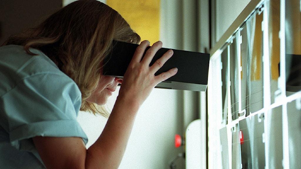 Läkare granskar mammografibilder