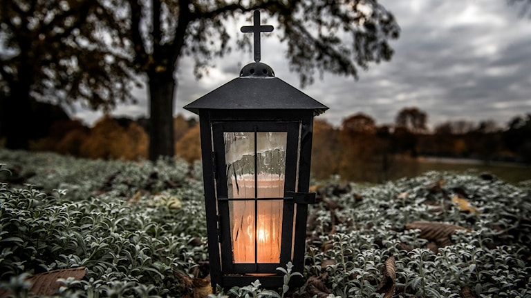 Lykta på en grav på Skogskyrkogården.