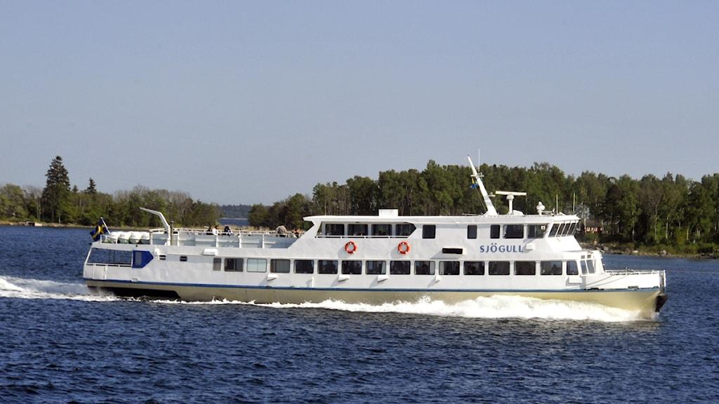 Vaxholmsbåten Sjögull på väg in i Blidösundet. Foto Hasse Holmberg / SCANPIX.