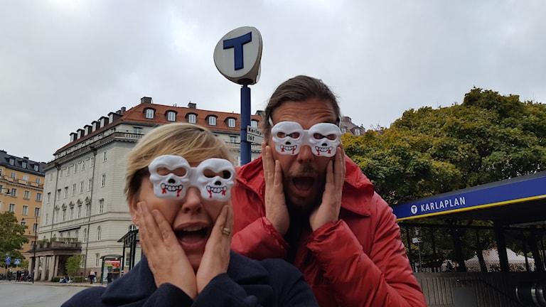 Ylva Lilja och Alexander Hammarlöf åker kuslig tunnelbana.