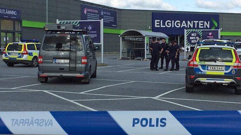 Området runt det rånade elektronikvaruhuset i Barkarby är avspärrat.