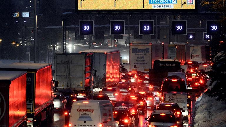 Köer efter att E4 Essingeleden i Stockholm stängdes av på torsdagseftermiddagen.