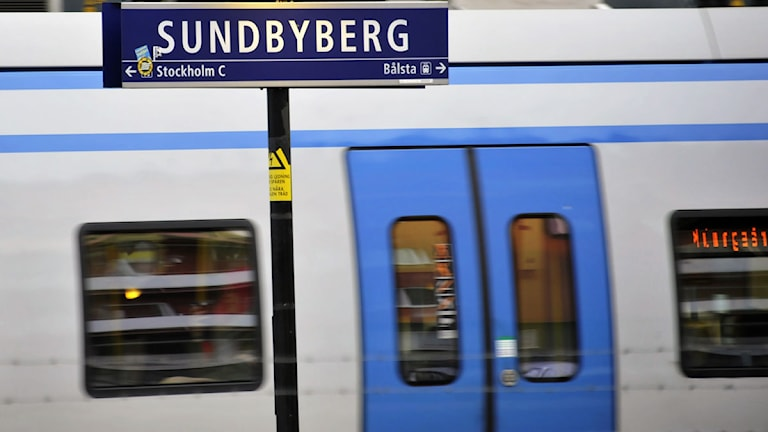 Pendeltåg passerar skylt med texten Sundbyberg. Foto: Hasse Holmberg/Scanpix.