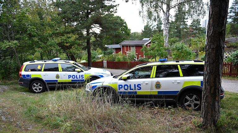 Polisbilar vid ett koloniområde i Årsta.