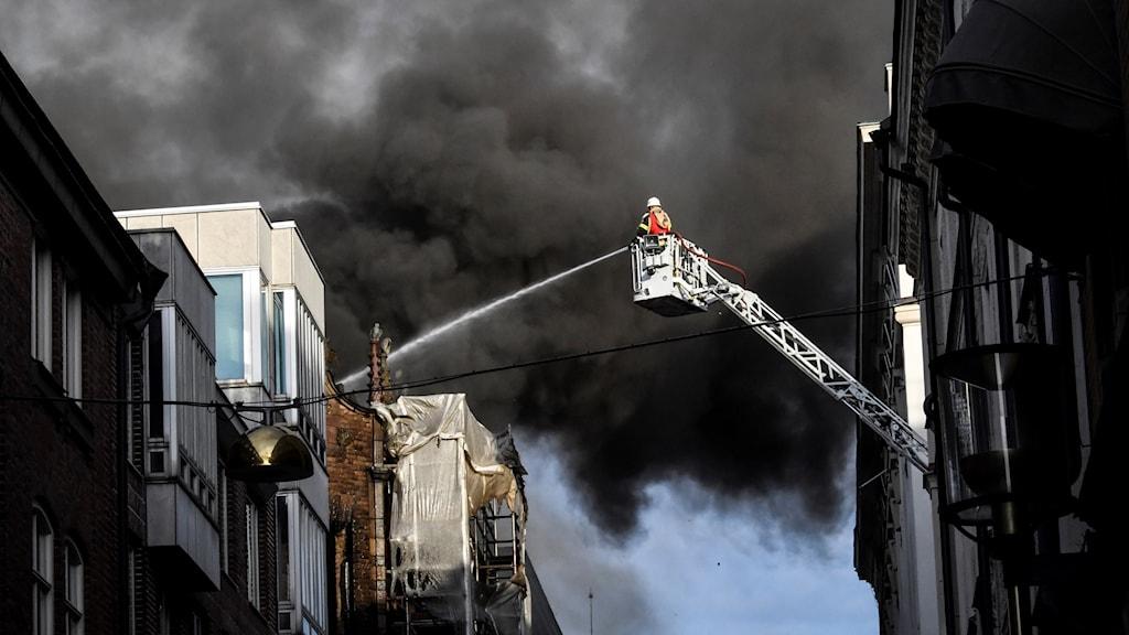 Brandmän vid branden i centrala Stockholm.