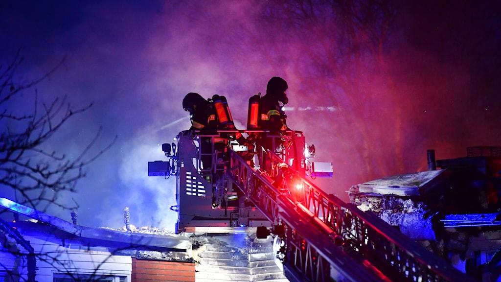 Brandmän på en stege från en av räddningstjänstens stegbilar.