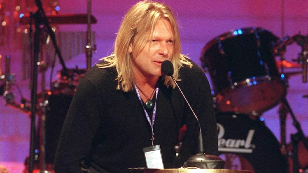 Denniz Pop tar emot priset som bästa producent på Swedish Dance Music Awards för sjätte gången 1997. Foto: Jonas Ekströmer/Scanpix.