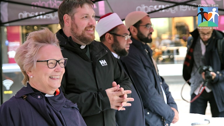 Präster och imamer säljer Ost Södertälje Världens barn med logga