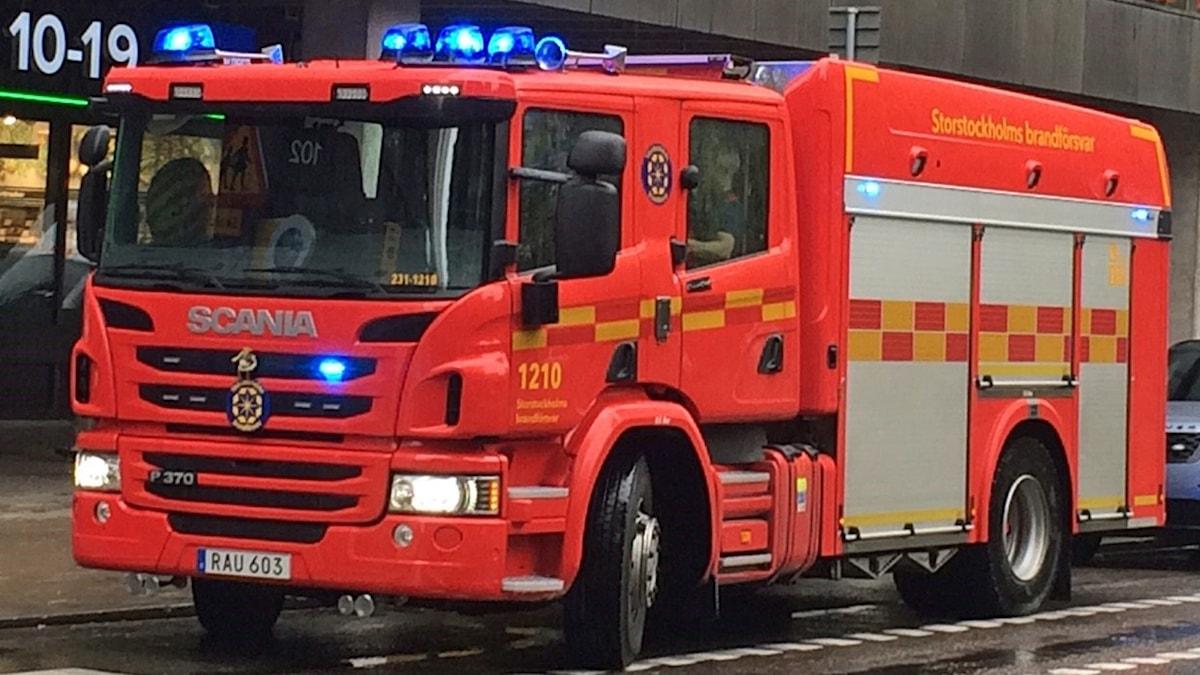 En person skadades i branden i en massagesalong i Huvudsta.