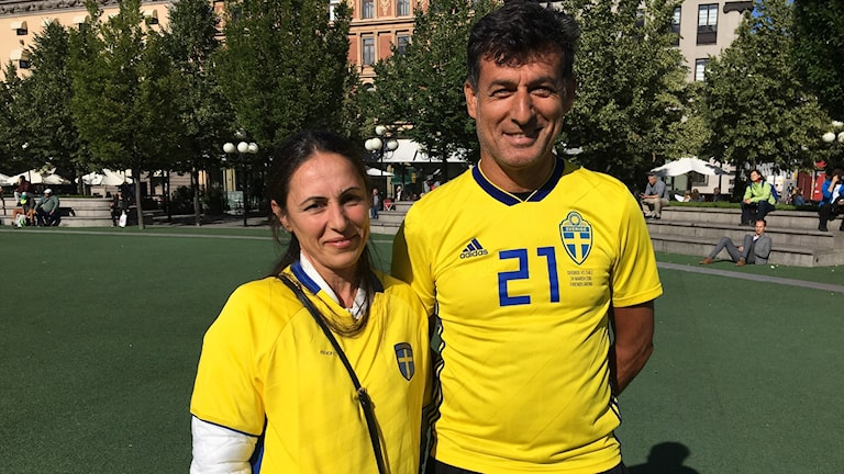 Jimmy Durmaz föräldrar, Jolla och Simon Durmaz, deltog i manifestationen iklädda gula tröjor med siffra 21 på ryggen och texten #backadurmaz.