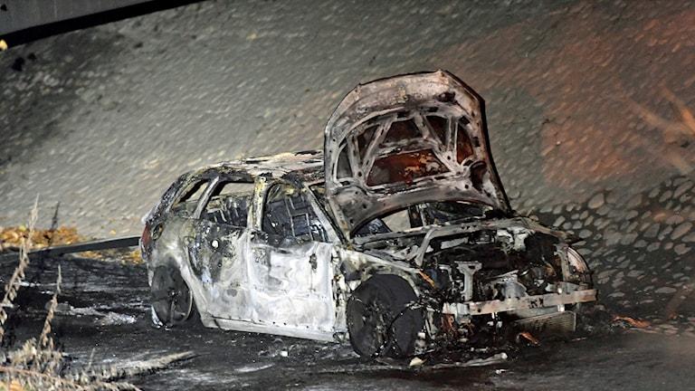 En bil hittades brinnande i Vårby sydväst om Stockholm. Polisen misstänker att det är samma bil som lämnade Fruängen i samband med en skottlossning tidigare på kvällen.