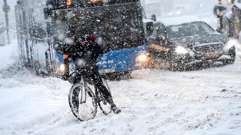 En cyklist på på en snöfylld gata vid Slussen i centrala Stockholm 62bbdf5327dd6