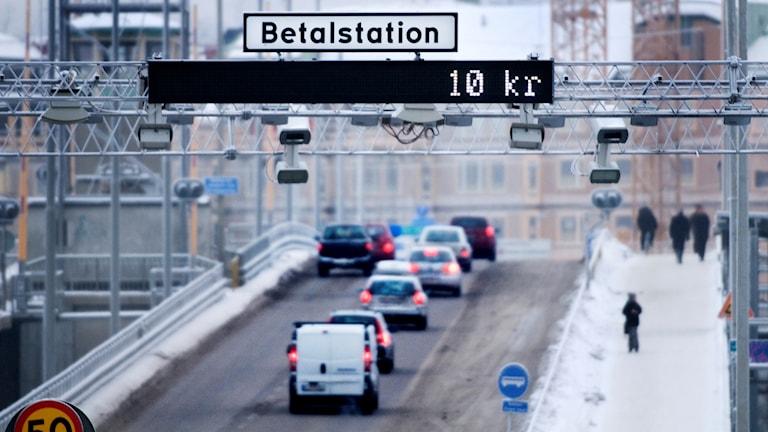 Regeringen går tillsammans med kommuner i Stockholmsområdet vidare med förslaget att trängselskatten i Stockholm höjs.