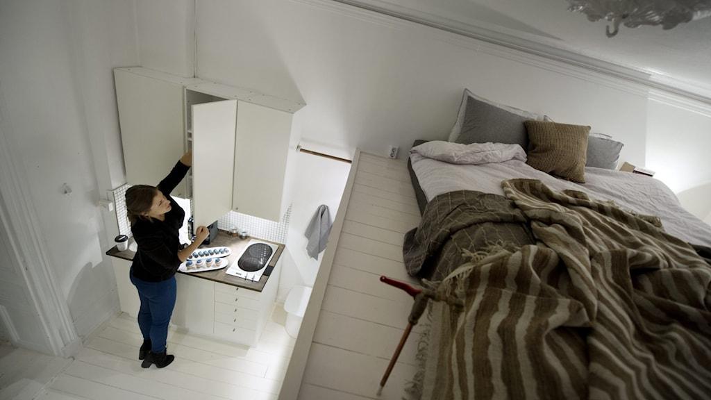 Person i en liten lägenhet.
