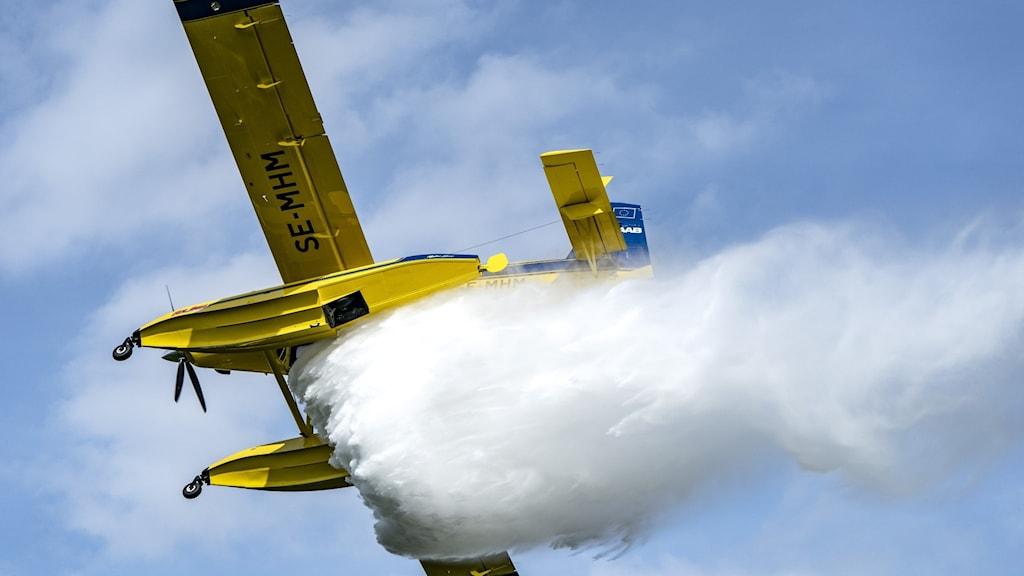 Flygplan som vattenbombar.