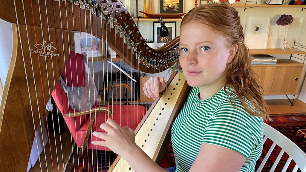 Teja Lindmark med harpan
