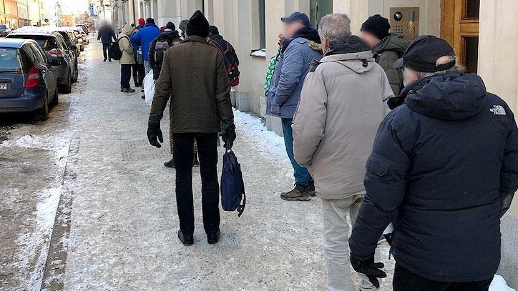 Många köar utanför Templet på Östermalm.