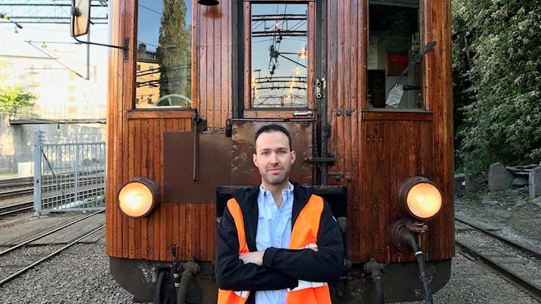 Lokföraren Robin Högberg framför ett av tågen.