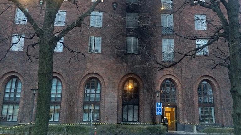 Det syns tydliga spår på fasaden efter bilkraschen och branden.
