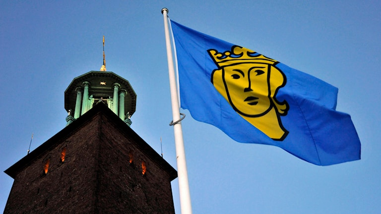 Stockholms Stadshus med S:t Eriksflaggan i förgrunden. Foto Hasse Holmberg /TT.