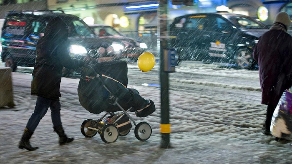 Kvinna med barnvagn i snövädret på Skanstull i Stockholm. Foto: Leif R Jansson /TT.