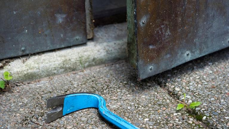 Inbrottstjuv bryter sig med hjälp av kofot.