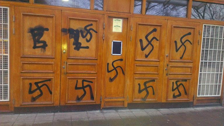 Hakkors på Stockholms moské. Lyssnarbild: Mahmoud Khalfi.