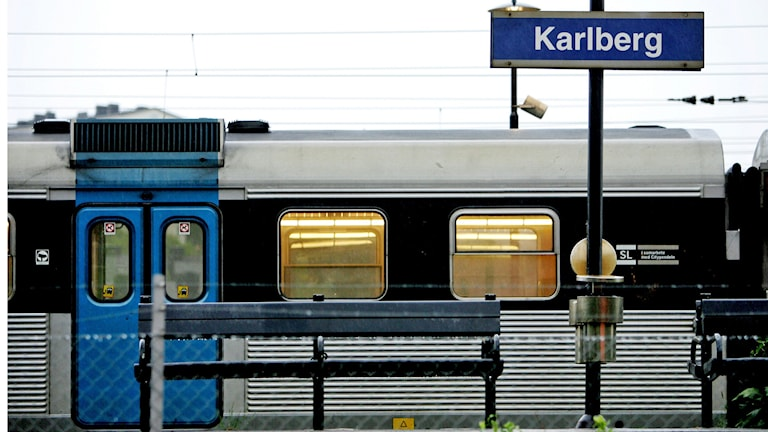 Ett pendeltåg och stationen Karlberg. Foto: Jessica Gow /TT.