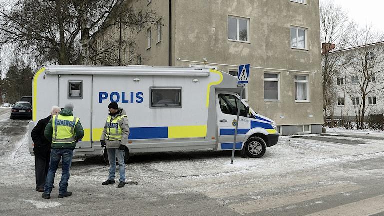 Polisens dialog husbil står intill huset och den plats där gangster ledaren Mille Markovic bodde och mördades.