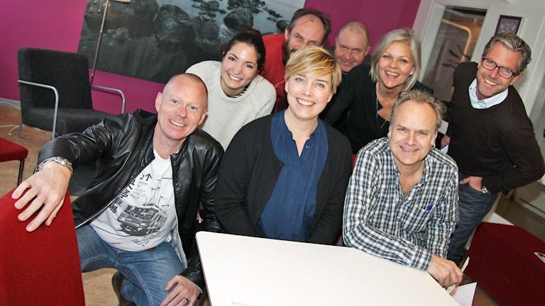 Peder Gustafsson, Sara Cosar, Mårten Randberg, Anders H Ohlsson, Anna Björkman, Fredrik Eliasson, Ylva Lilja, Pär Fontander i P4 Radio STockholm. Foto: Helen Ling /Sveriges Radio.