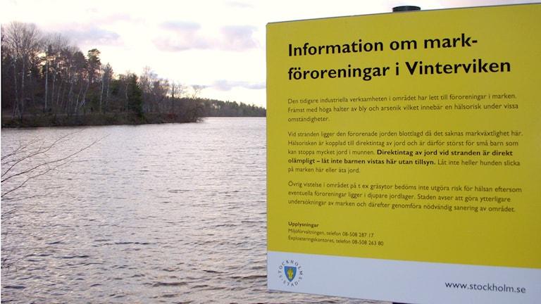 Varningsskylt om förorenad mark vid Vinterviken.  Foto: Holger Ellgard/ Wikimedia Commons